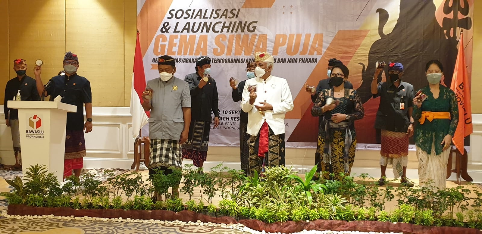 KETUA Bawaslu Bali, Ketut Ariyani (dua kanan depan) bersama perwakilan undangan membunyikan damaru sebagai tanda diluncurkan program Gema Siwa Puja, Jumat (10/9/2021). Foto: hen