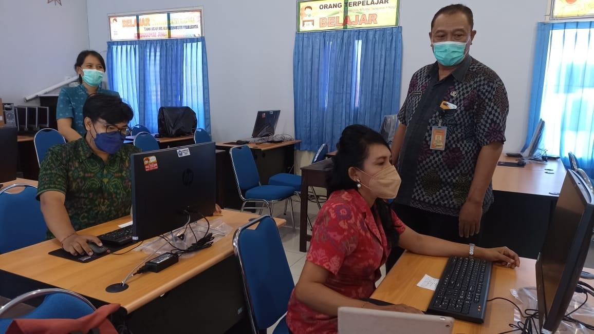 HARI kedua pelaksanaan gladi bersih Asesmen Nasional Berbasis Komputer (ANBK) pada satuan pendidikan jenjang SMP/MTs di Kota Denpasar, Selasa (14/9/2021), masih mengalami kendala. Foto: tra