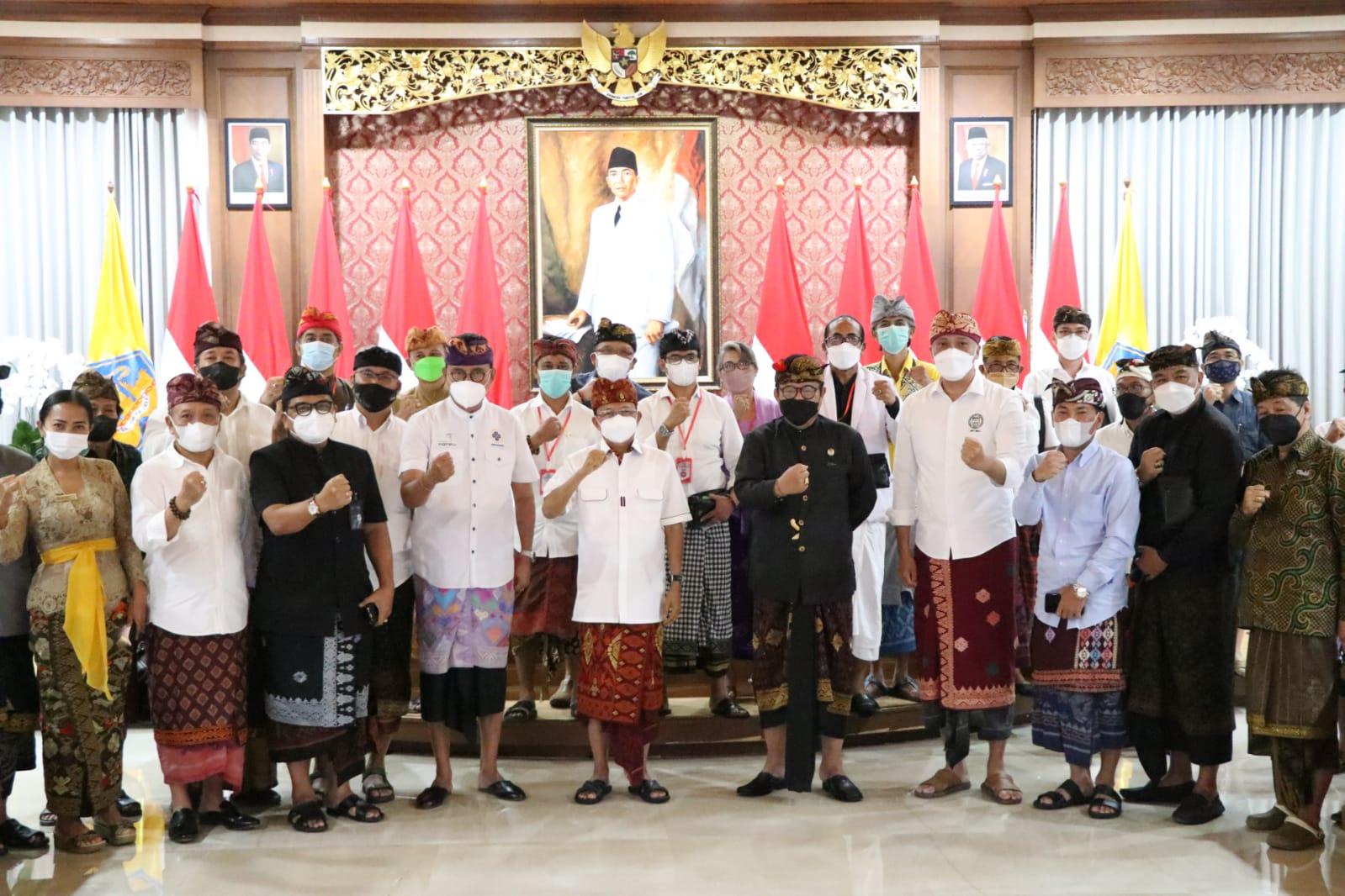 GUBERNUR Koster dan Wagub Cok Ace foto bersama dengan para pelaku pariwisata di Jayasabha, Denpasar, Kamis (16/9/2021). Foto: ist