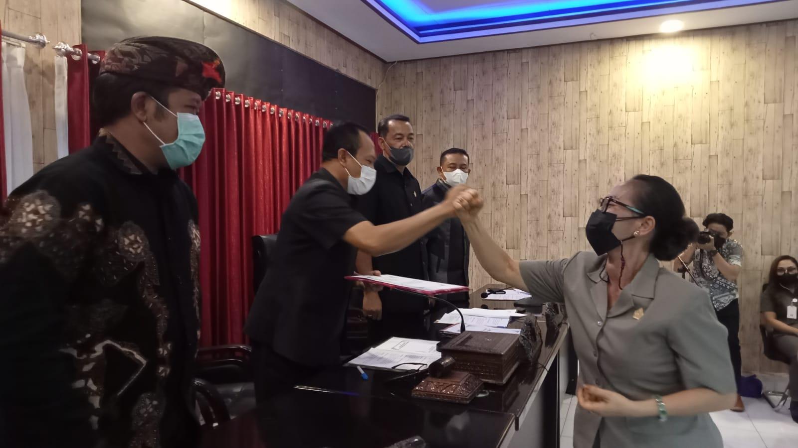 JURU bicara Fraksi PDIP, Ni Nengah Dwi Madiayani, saat menyerahkan pemandangan umum fraksi. Foto: ist