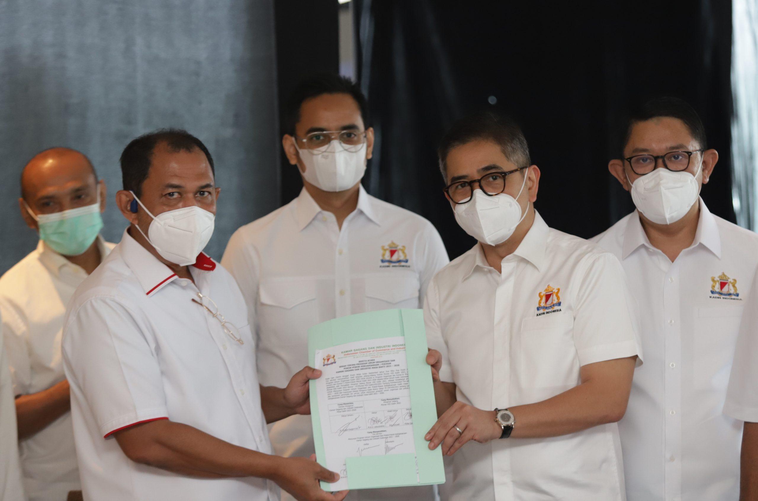 KETUA Tim Ad Hoc, Juni Ardianto Rachman (kiri) menyerahkan Program Umum Organisasi dan Pokok-Pokok Kebijaksanaan Kadin 2021 – 2026 kepada Ketum Kadin Indonesia, Arsjad Rasjid (kanan) di Hotel Westin, Jakarta, Kamis (16/9/2021). Foto: ist