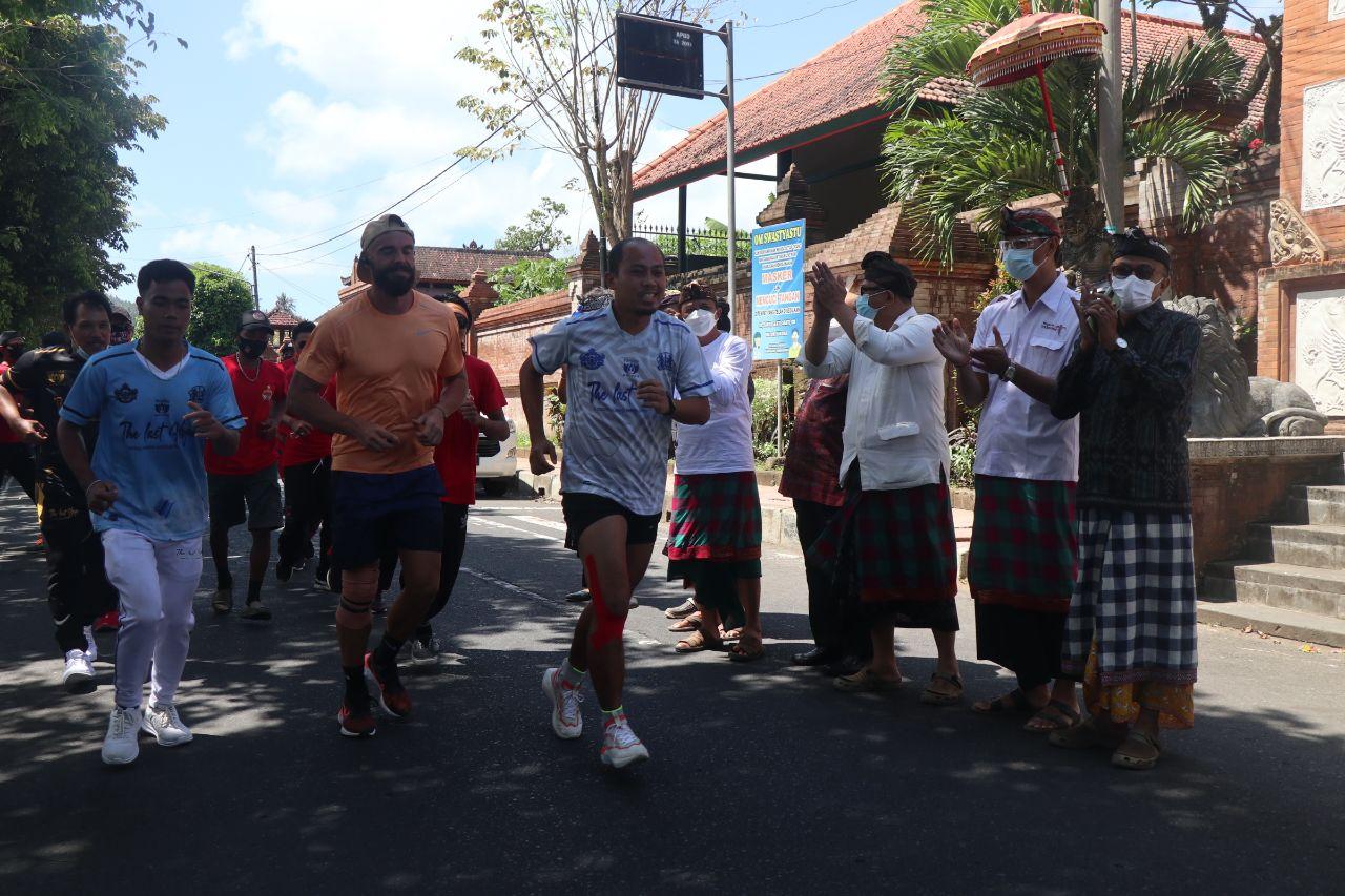 KAMPANYE anti-sampah plastik yang digelar Paiketan Puri seluruh Bali dimeriahkan lomba lari 10 km diikuti kurang lebih 30 peserta, dilepas Wakil Bupati Karangasem, I Wayan Artha Dipa, di Puri Agung Kanginan Karangasem, Selasa (28/9/2021). Foto: ist