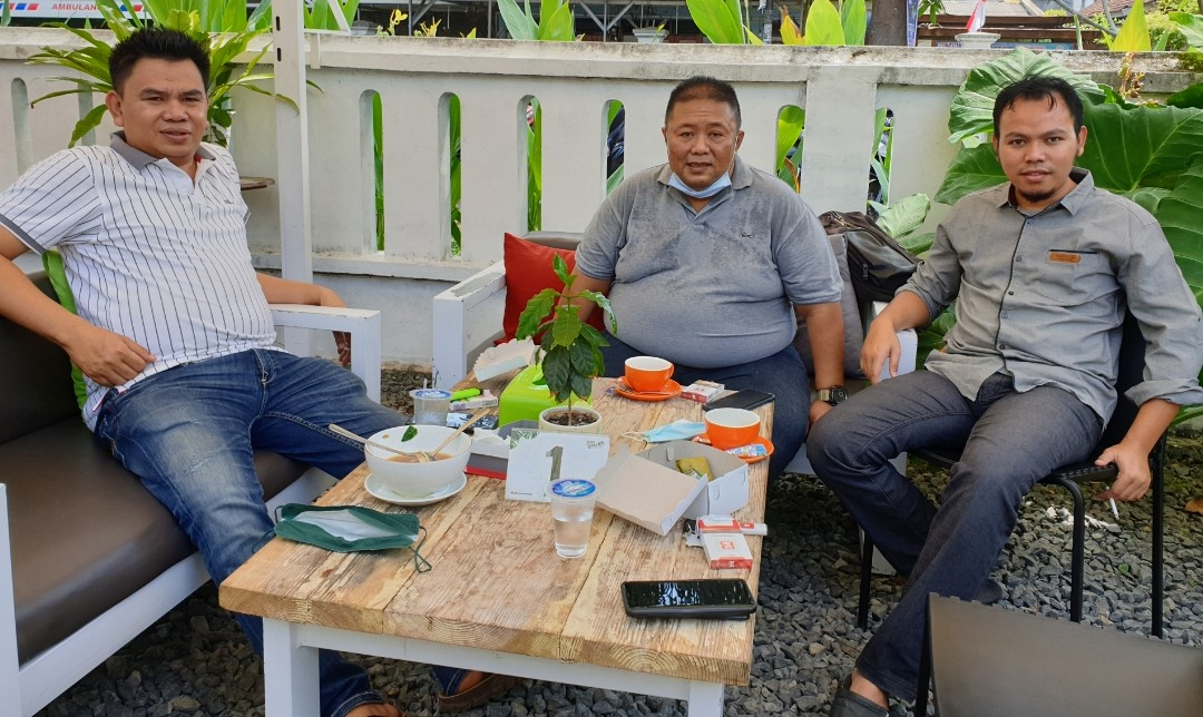 KEPALA Divisi Litbang Mi6 Zainul Pahmi (kanan) bersama Direktur Bambang Mei Firnawanto dan Lalu Athari Fathullah (kiri) saat memberikan keterangan kepada wartawan. Foto: rul