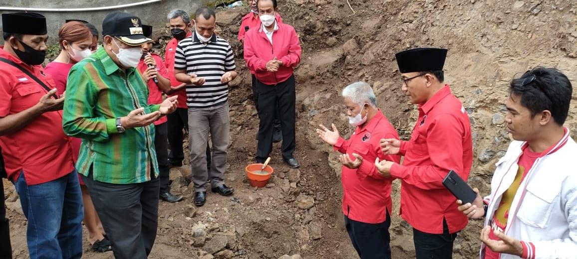KETUA Badan Kehormatan DPD PDI Perjuangan, Raden Nuna Abriadi; bersama Bupati KLU, Djohan Syamsu, saat meletakkan batu pertama pembangunan kantor DPC PDIP KLU, Sabtu (11/9/2021). Foto: rul