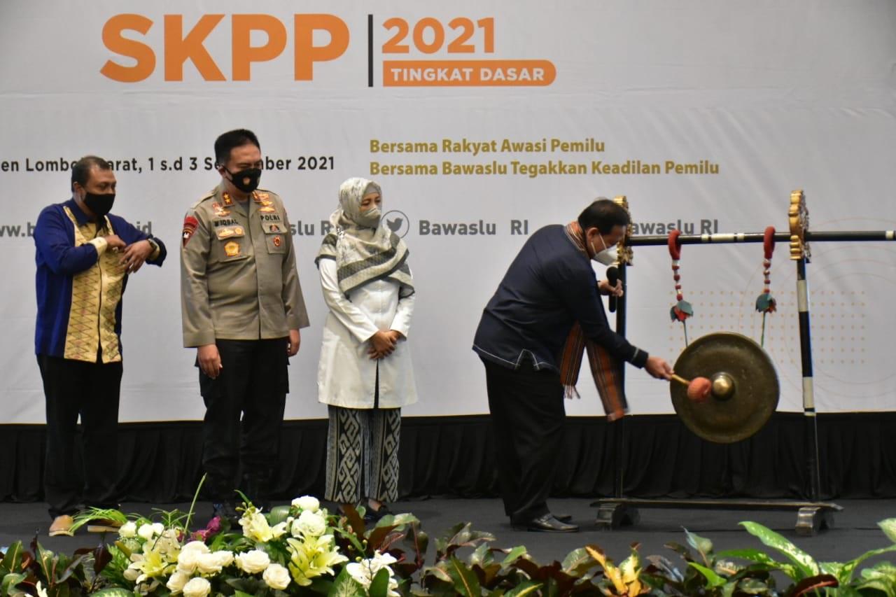 KETUA Bawaslu RI, Abhan, memukul gong disaksikan Wagub, Kapolda NTB dan Ketua Bawaslu NTB, M. Khuwailid, untuk membuka SKPP Tingkat Dasar Tahun 2021, Rabu (1/9/2021). Foto: ist