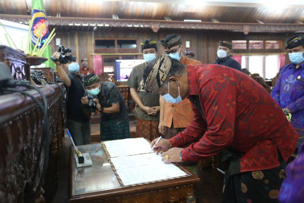 KETUA DPRD Klungkung, Anak Agung Gde Anom, menandatangani berita acara, Jumat (10/9/2021) di Ruang Rapat Nawa Natya, Kantor DPRD Klungkung. Foto: ist