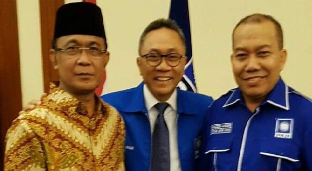 KETUA DPW PAN NTB, HM Muazzim Akbar (kanan); saat menemani silaturahmi mantan Wali Kota Mataram, Ahyar Abduh (kiri) bertemu Ketua DPP PAN, Zulkifli Hasan (tengah), beberapa hari lalu. Foto: rul