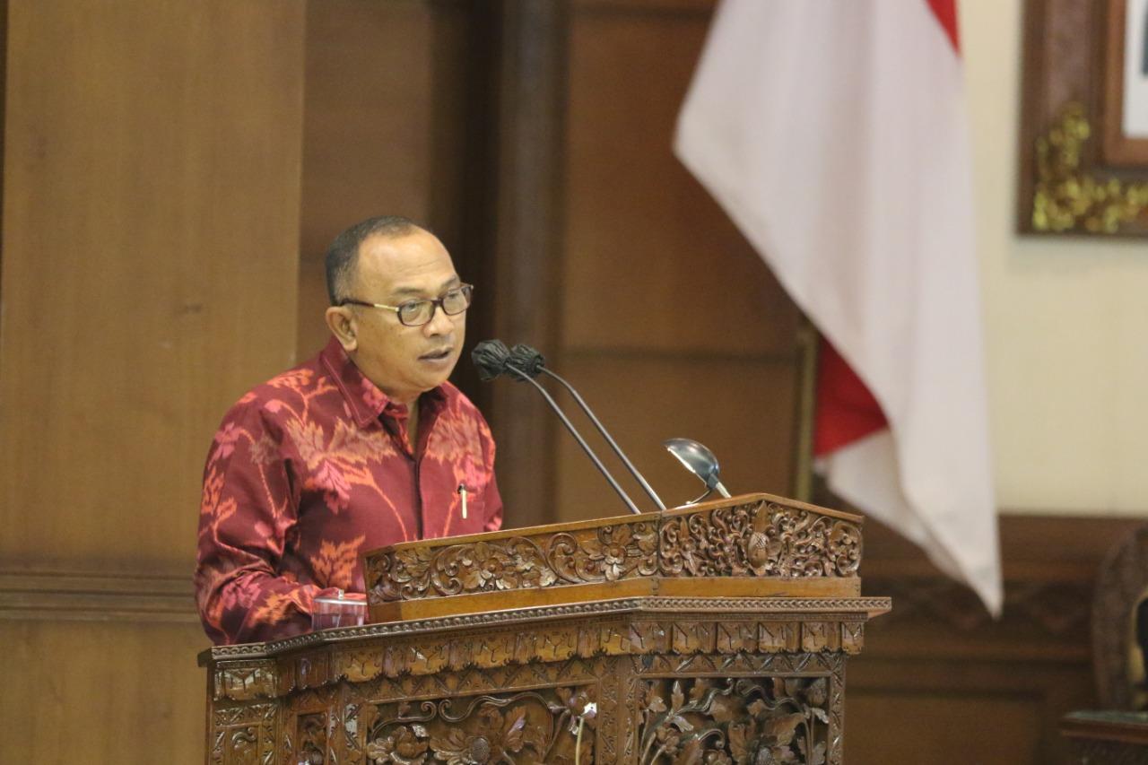 KUSUMA Putra saat membacakan pendapat akhir dan rekomendasi DPRD Bali terkait Ranperda Perubahan APBD 2021, Senin (27/9/2021). Foto: ist