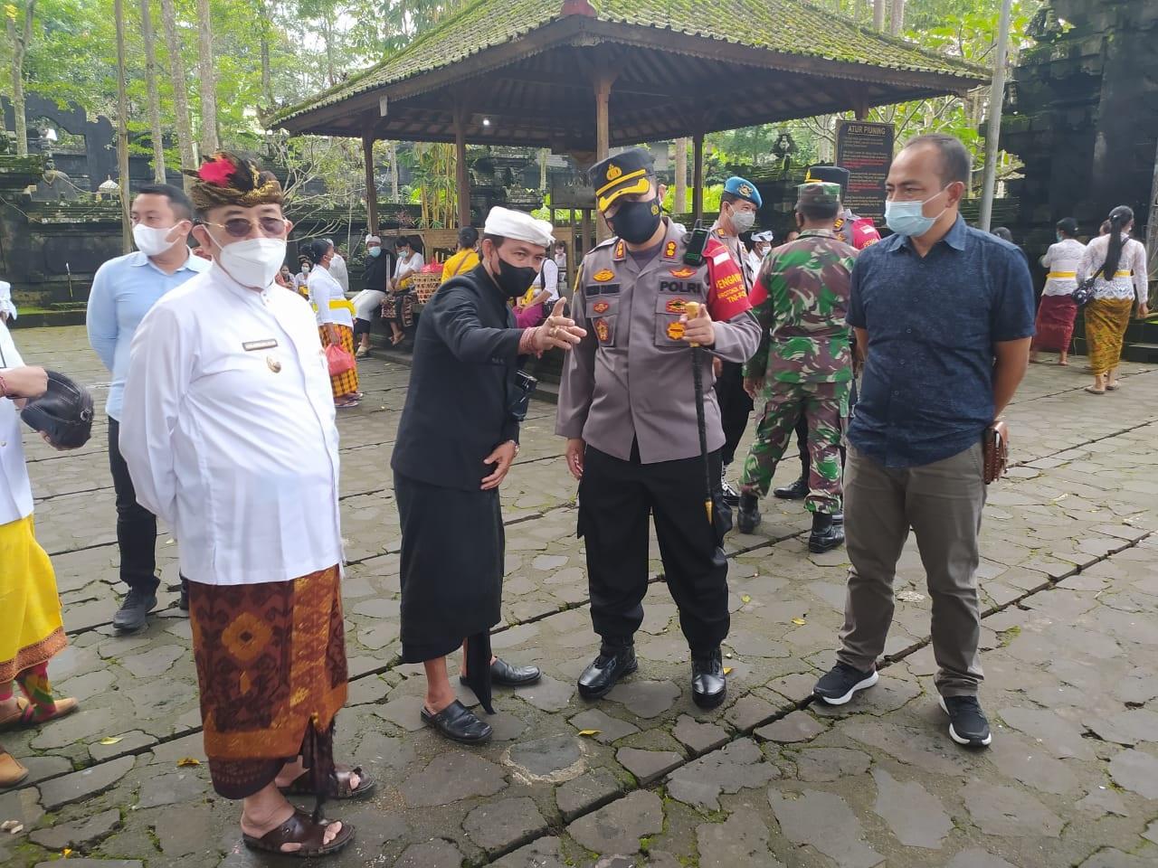 KOORDINASI antarainstansi terkait di Pura Dalem Puri Besakih, Rendang, Karangasem,Selasa (14/9), menyikapi adanya kerumunan saat upacara maajar-ajar. Foto: ist