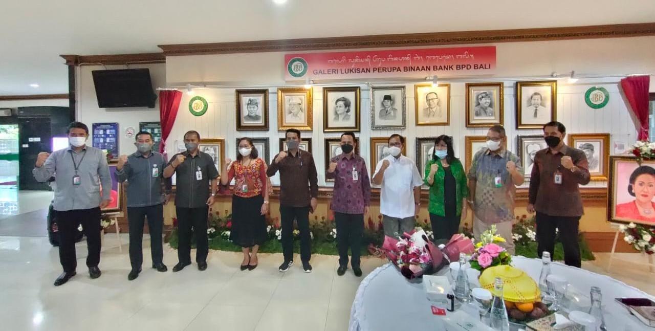 PEMERAN Lukisan Perupa Binaan Bank BPD Bali dibuka secara resmi oleh Dirut Bank BPD Bali, I Nyoman Sudharma, bersama dr. Gede Bagus Darmayasa, M.Repro. Foto: ist
