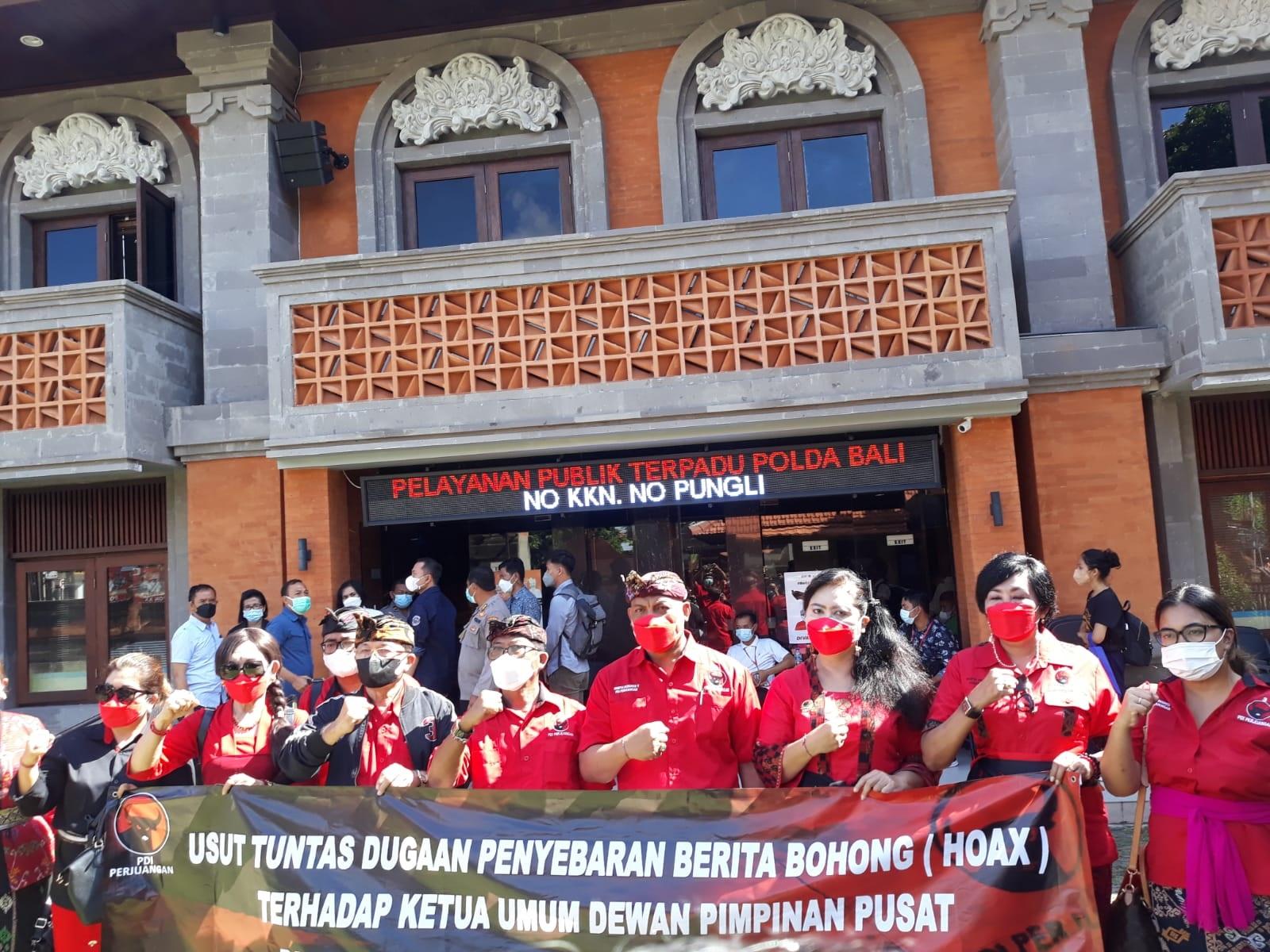 PARA kader dan pengurus DPD PDIP Bali membentangkan spanduk saat melapor ke SPKT Polda Bali atas dugaan hoaks terkait Ketua Umum PDIP, Megawati Soekarnoputri. Foto: ist