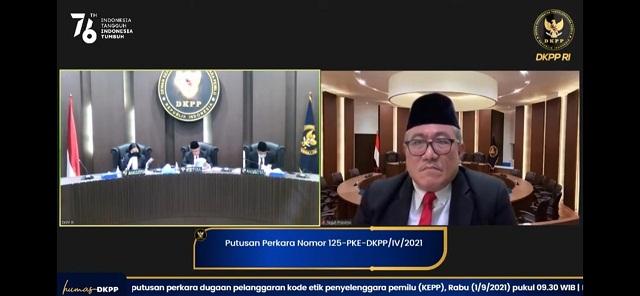 PEMBACAAN putusan DKPP nomor 125-PKE-DKPP/IV/2021 secara daring dari ruang sidang DKPP di Jakarta. Ketua Majelis yakni Alfitra Salamm didampingi Teguh Prasetyo, Ida Budhiati, Didik Supriyanto, Rabu (1/9/2021). Foto: hen
