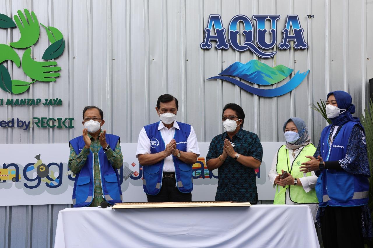 BUPATI Giri Prasta mendampingi Menko Luhut Binsar Pandjaitan saat peresmian TPST Samtaku dan penanganan sampah Sarbagita di Jimbaran, Kuta Selatan, Jumat (10/9/2021). Foto: ist