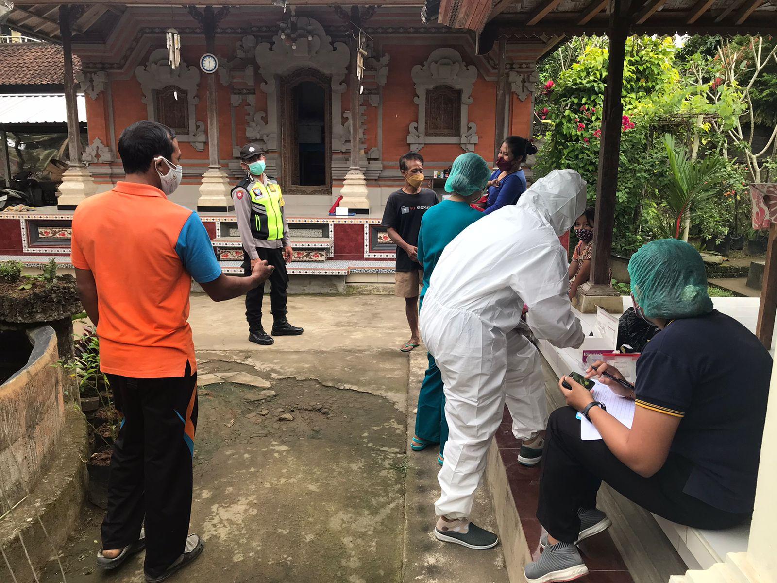 POLSEK Payangan dibantu UPTD Kesmas Payangan melakukan telusur warga yang diduga terpapar Covid-19. Foto: adi