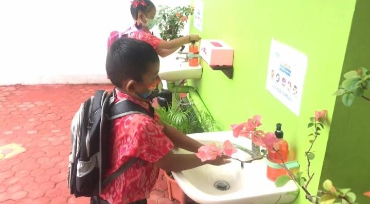PESERTA didik PAUD SPNF SKB Kota Denpasar melakukan cuci tangan saat simulasi PTM. Foto: ist