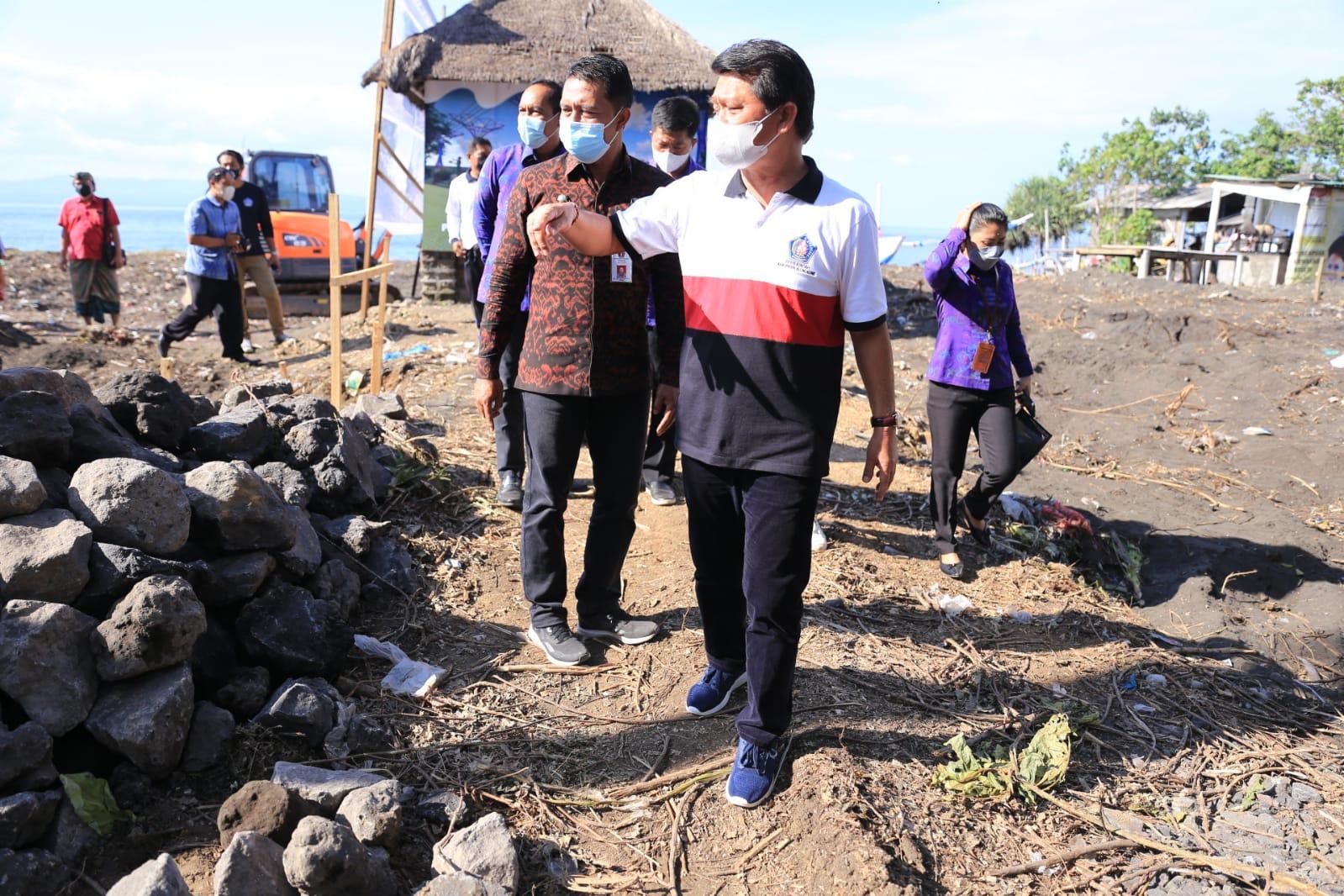 BUPATI Suwirta meninjau pembangunan penataan tapal batas pintu masuk Klungkung-Karangasem, Selasa (28/9/2021). Foto: ist