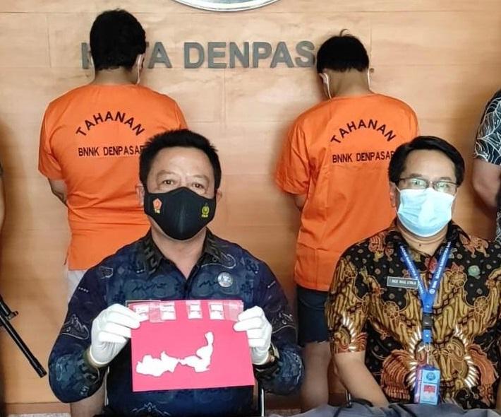 DUA orang tersangka yang diamankan BNN Kota Denpasar atas kasus penyalahgunaan narkoba, pada Rabu (29/9/2021). Foto: ist