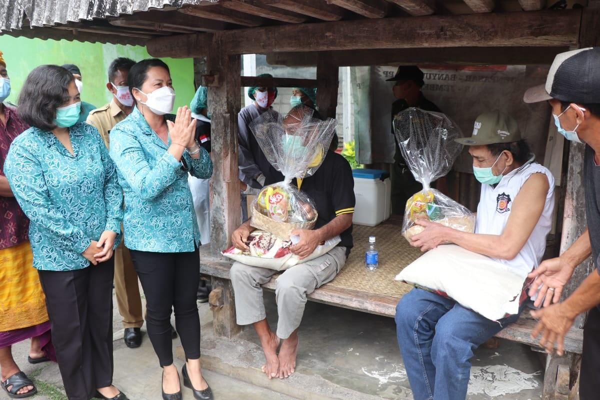 KETUA TP PKK Kabupaten Badung, Seniasih Giri Prasta memantau pelaksanaan vaksinasi bagi penyandang disabilitas di Kecamatan Kuta Selatan, Senin (4/10/2021). Foto: ist