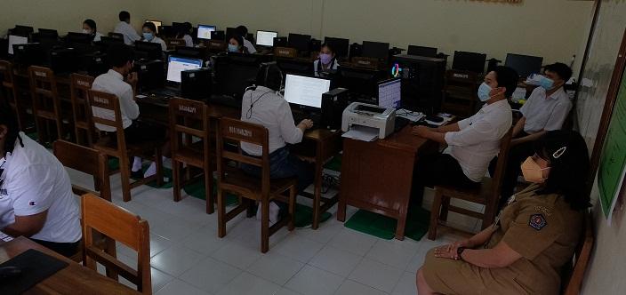 PELAKSANAAN Asesmen Nasional Berbasis Komputer (ANBK) di SMP PGRI 9 Denpasar, Senin (4/10/2021). Di beberapa sekolah yang menggunakan sistem daring, pelaksanaan ANBK mengalami sistem eror. Foto: tra