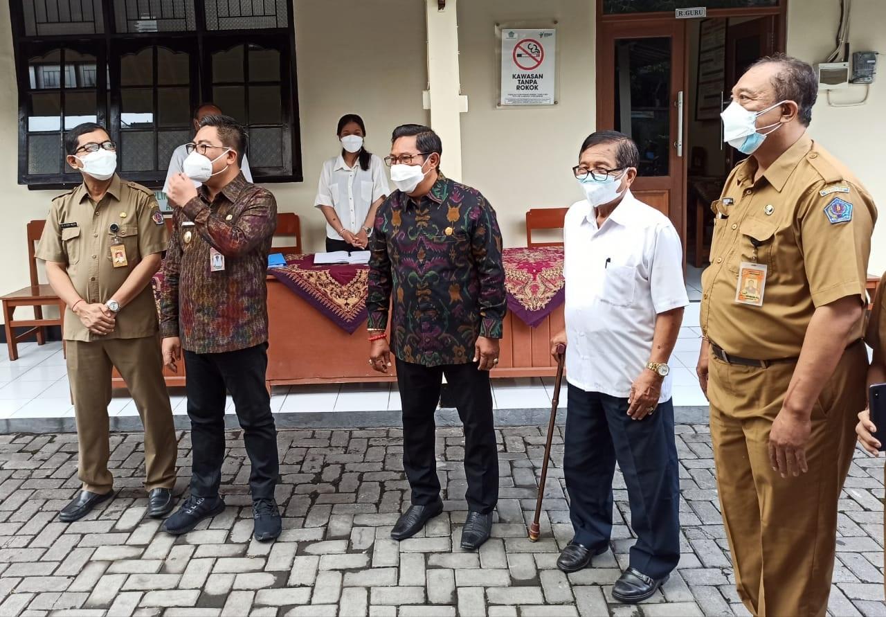 WAWALI Arya Wibawa saat memantau pelaksanaan ANBK di SMP PGRI 9 Denpasar, Senin (4/10/2021). Foto: tra