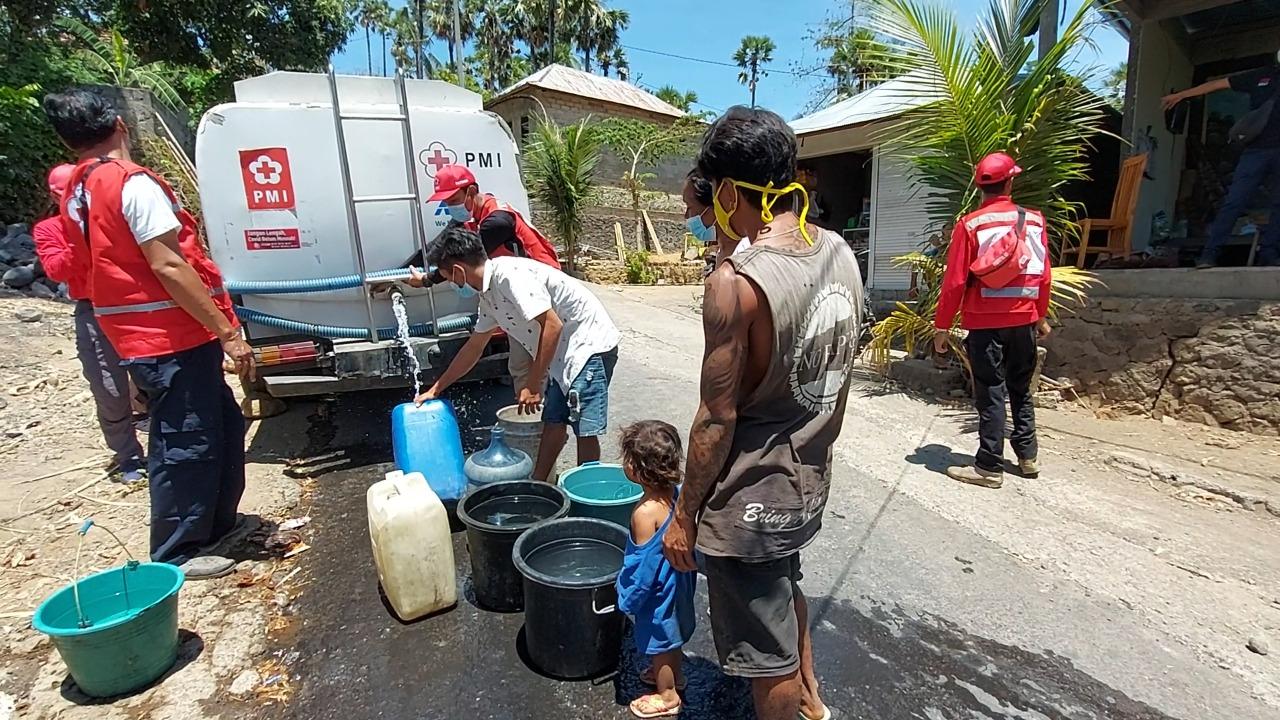 RIBUAN kepala keluarga di enam dusun di Desa Tianyar Tengah, Kecamatan Kubu, kesulitan air bersih. Selasa (12/10/2021), warga di dua dusun bisa bernapas lega karena merima bantuan air bersih dari PMI Karangasem. Foto: nad