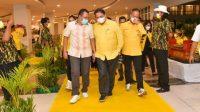 KETUA Umum DPP Partai Golkar, Airlangga Hartarto; saat bersama Gubernur NTB, Zulkieflimansyah, sebelum memasuki ruangan Hotel Raja di kawasan KEK Mandalika, Lombok Tengah, Kamis (14/10/2021) malam. Foto: rul