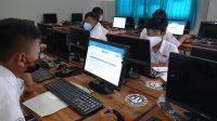 PELAKSANAAN ANBK jenjang SMP di Kota Denpasar, belum lama ini. Tercatat seribuan peserta dijadwal ulang mengikuti ANBK karena saat pelaksanaan ANBK waktu lalu mengalami kendala teknis. Foto: ist
