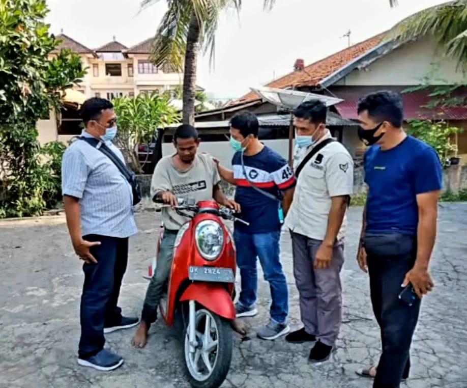 ANGGOTA Reskrim Polsek Seririt menunjukkan pelaku Moli (duduk di atas motor) dan motor hasil curiannya di Mapolsek Seririt. Foto: rik