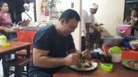 PENGUNJUNG menikmati makanan di warung babi guling Dong Keplus di Banjar Peninjoan, Desa Batuan, Sukawati. Foto: adi