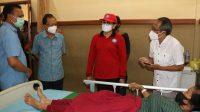GUBERNUR Bali, I Wayan Koster; membesuk dua korban selamat dari longsor di Banjar Cemara Landung, Desa Trunyan, Kecamatan Kintamani, Minggu (17/10/2021) di rawat di ruang Nusa Indah RSUD Bangli. Foto: ist