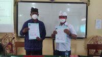 KEPALA BNN Kota Denpasar, Sang Gede Sukawiyasa (kanan); bersama Kepala SMP Widya Sakti, Wayan Nendra, usai penandatangan nota kesepahaman terkait P4GN dan prekursor narkotika, Kamis (21/10/2021). Foto: ist