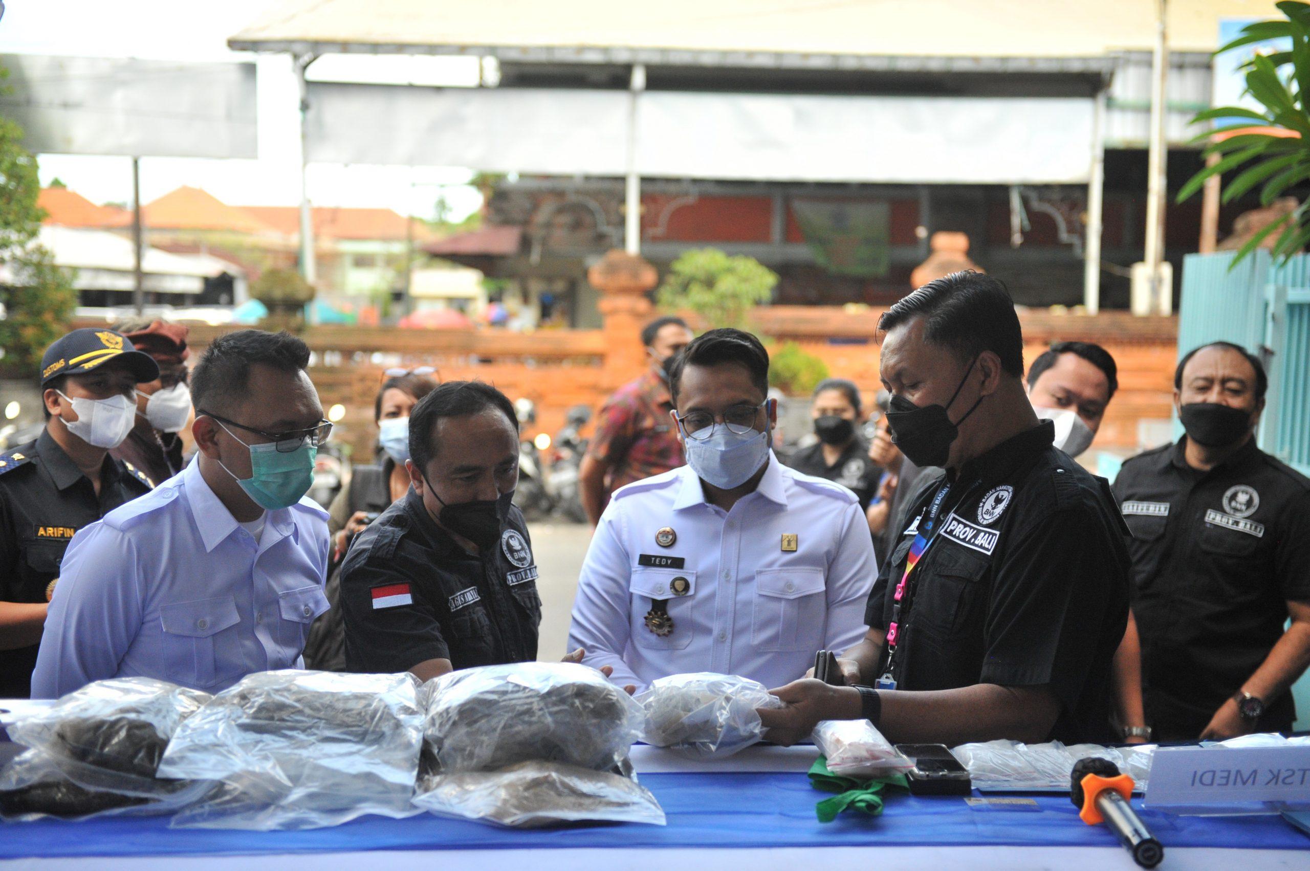 KEPALA BNNP Bali, Brigjen Gede Sugianyar Dwi Putra, menunjukkan barang bukti narkoba yang disita petugas dari tangan tersangka penyalahguna narkoba saat rilis kasus di kantor BNNP Bali, Rabu (13/10/2021). Foto: ist