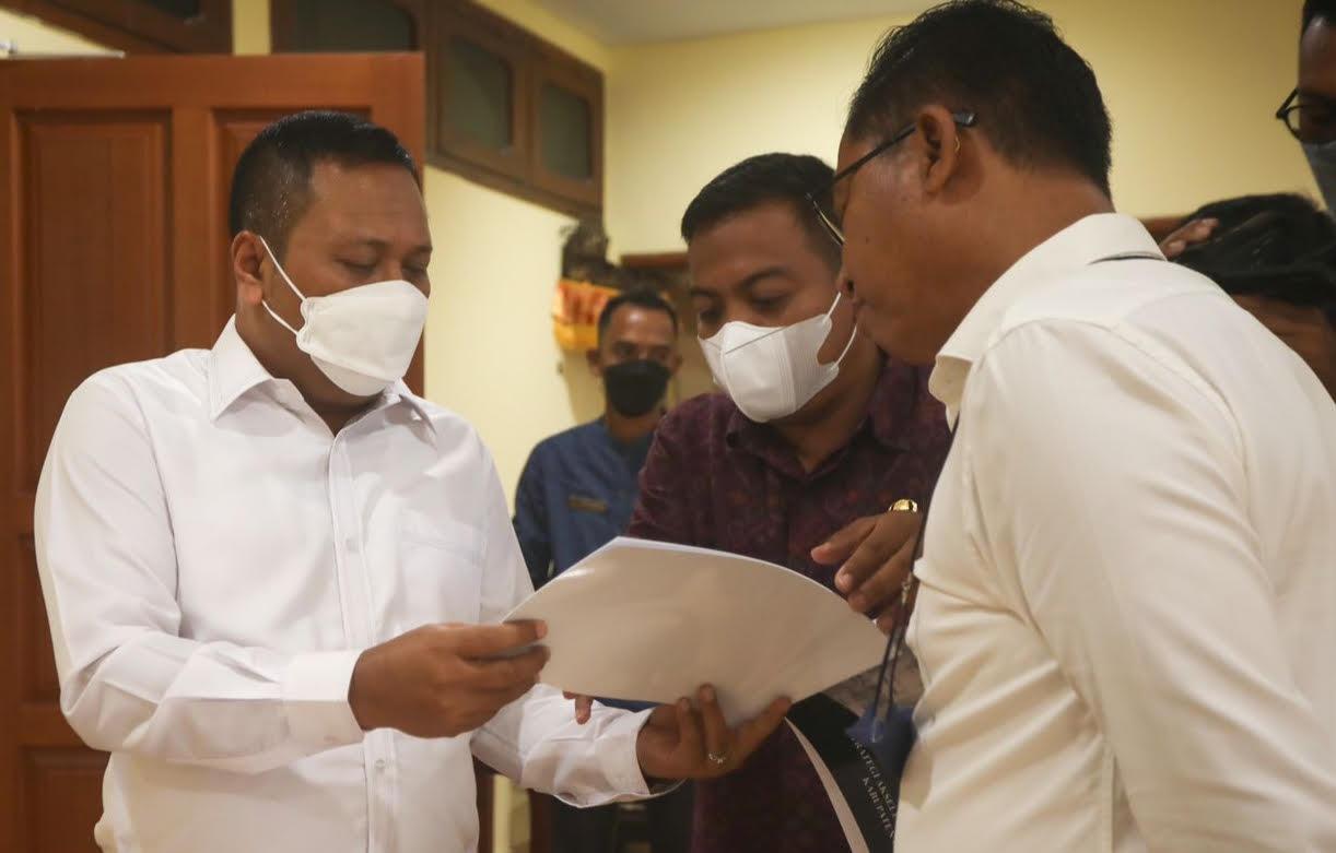 BUPATI Gianyar, I Made Mahayastra, didampingi Sekda melihat data capaian vaksinasi lansia di Gianyar. Foto: adi