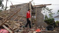 BUPATI Karangasem, I Gede Dana, turun ke Dusun Temakung dan Jati Tuhu untuk meninjau sekaligus asesmen kerusakan rumah warga akibat gempa bumi berkekuatan 4.8 Skala Richter (SR) mengguncang Kabupaten Karangasem. Foto: ist