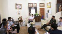 BUPATI Suwirta memberi arahan Kepala Dinas Pariwisata Klungkung, AA Putra Wedana, di rumah jabatan Bupati Klungkung, Minggu (17/10/2021). Foto: ist