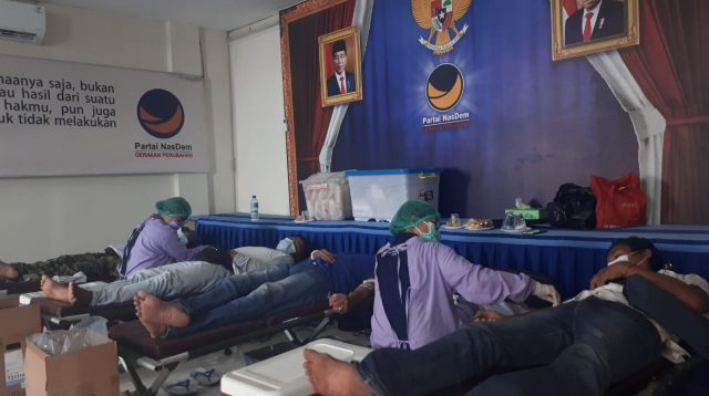 PARA pendonor menyumbangkan darahnya dalam aksi sosial DPW Garda Pemuda Nasdem Bali di Sekretariat DPW Partai Nasdem Bali di Jalan Tukad Batanghari 7, Denpasar, Rabu (27/10/2021). Foto: hen