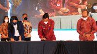 BUPATI I Komang Gede Sanjaya menandatanganani MoU atas kerja sama dengan beberapa kementerian terkait, dalam program RIF, di Ballroom 2, The Stones Legian Hotel, Autograph Collection by Mariott, Bali, Senin (25/10/2021). Foto: ist