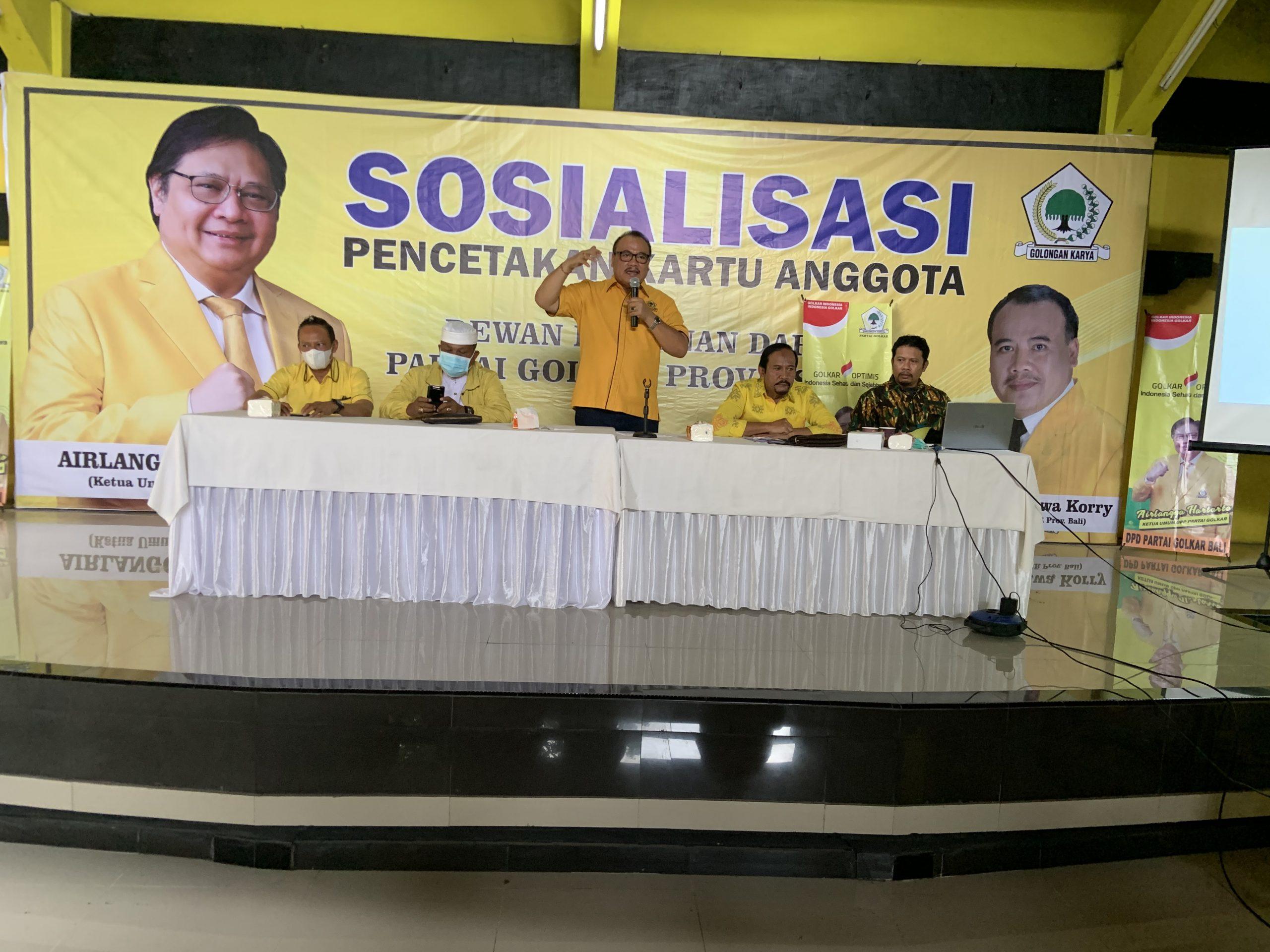 SUGAWA Korry saat memberi arahan kepada anggota Fraksi Golkar seluruh Bali dalam sosialisasi pembuatan kartu tanda anggota di aula DPD Partai Golkar Bali, Minggu (3/10/2021). Foto: hen