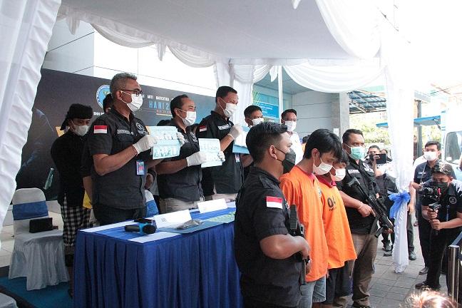 KEPALA BNNP Bali Brigjen I Gde Sugianyar Dwi Putra menunjukkan barang bukti narkoba yang disita petugas dari tangan tersangka penyalahguna narkoba saat rilis kasus di kantor BNNP Bali, Rabu (13/10/2021). Foto: ist