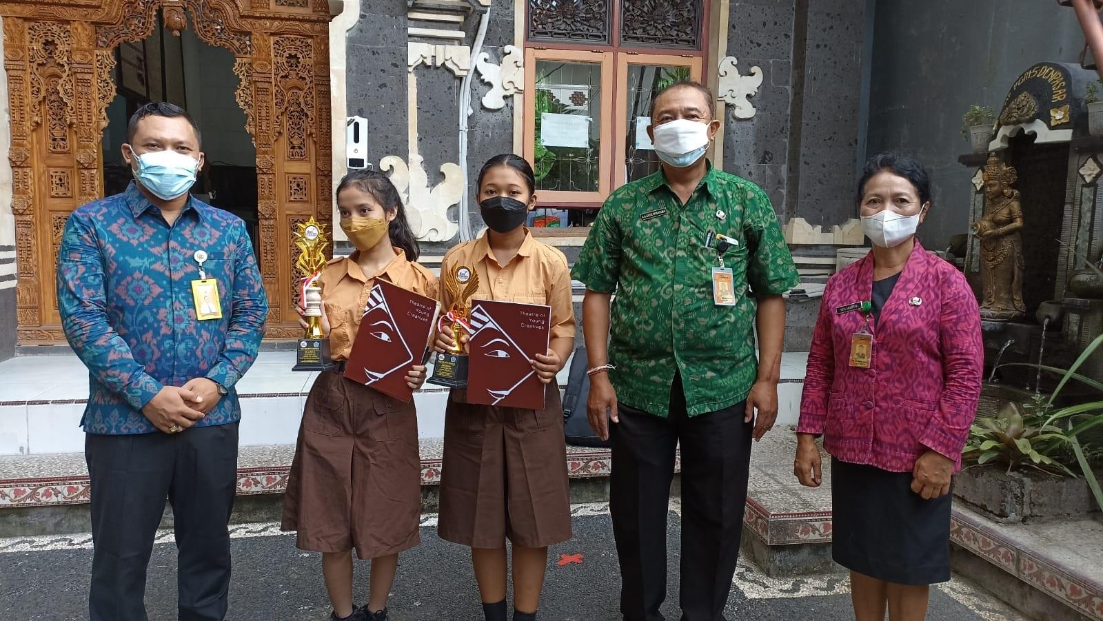 AA Gde Wiratama bersama Made Raditya Berata foto bersama siswa SMP PGRI 5 Denpasar peraih juara MC se-Bali. Foto: tra