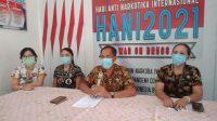 KEPALA BNNK Buleleng, AKBP Gede Astawa, saat menerangkan kronologis oknum pegawai RSUD Buleleng menjalani rehabilitasi karena positif menggunakan narkotika jenis sabu-sabu. Foto: rik