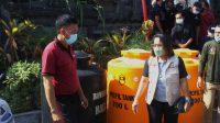 KETUA Bawaslu Bali, Ketut Ariyani, saat menyalurkan bantuan dari Bawaslu Bali dan jajaran ke warga terdampak gempa buni di Desa Ban, Karangasem. Foto: hen