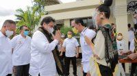 KETUA DPD Partai Golkar NTB, Mohan Roliskana (kanan), saat mengantarkan rombongan Ketua DPP Partai Golkar, Airlangga Hartarto, di Bandara Internasional Lombok (BIL) usai kunjungannya, Sabtu (16/10/2021). Foto: rul