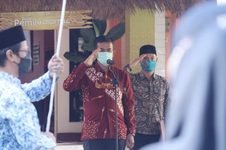 KETUA KPU NTB, Suhardi Soud, saat memimpin apel rutin di kantor KPU NTB, Jumat (8/10/2021). Foto: rul