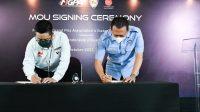 KETUA Umum IMI, Bambang Soesatyo (kanan); bersama CEO MGPA, Ricky Baheramsjah, saat menandatangani kerja sama penjualan tiket ajang WSBK di sirkuit Mandalika. Foto: ist