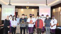 SESI foto bersama dan saling tukar cenderamata antara jajaran KPU Kota Palembang dan KPU Tabanan, di Kantor KPU Tabanan, Kamis (21/10/2021). Foto: ist