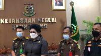 KAJARI Klungkung, Shirley Manutede (kedua dari kiri) memberi keterangan pers di kantor Kejaksaan Negeri Klungkung, Kamis (14/10/2021). Foto: ist