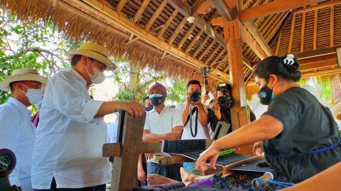 MENKO Perekonomian Airlangga Hartarto saat mengunjungi desa tradisional Sade, Desa Rembitan, Kecamatan Pujut, Lombok Tengah, Kamis (14/10/2021). Foto: rul