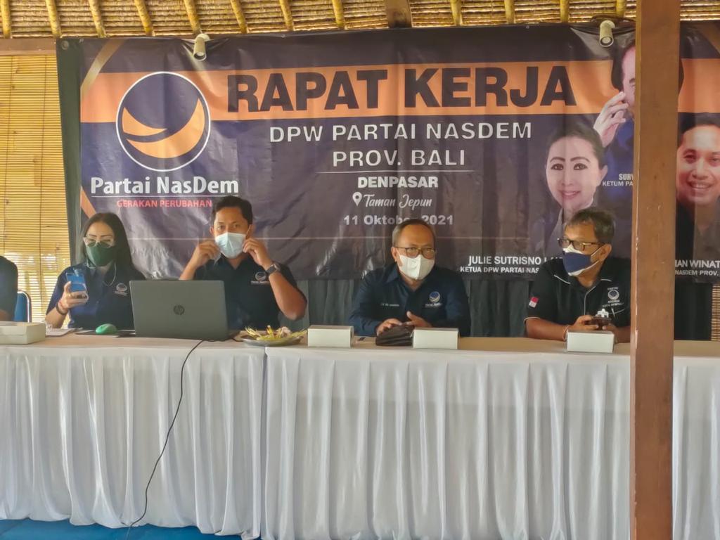 NOPI Seri Jayanti (kiri) saat rapat kerja DPW Partai Nasdem Bali, Selasa (12/10/2021). Foto: ist