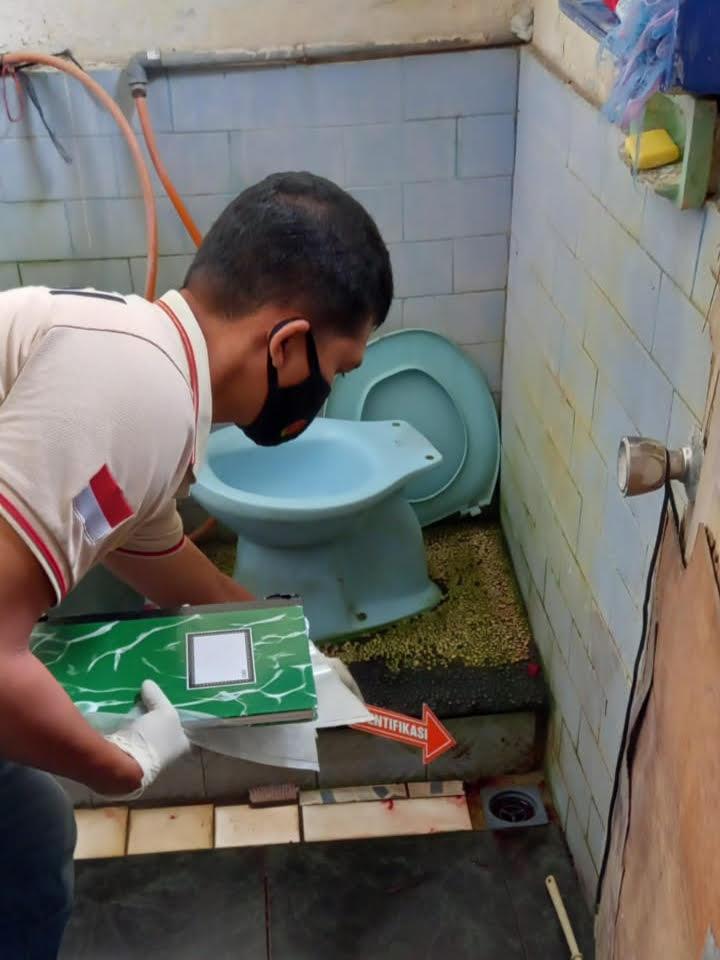 APARAT kepolisian melakukan olah TKP di kamar mandi tempat korban ditemukan. Foto: ist